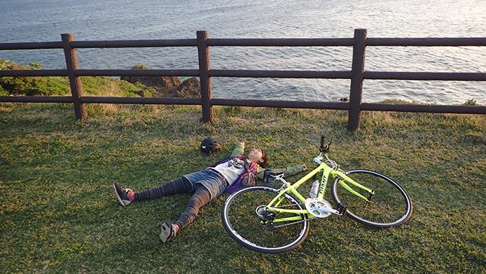 自転車の横に寝そべって「ふぁ~!」って