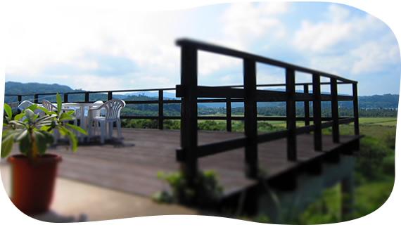 ウッドデッキからの眺めも自慢のダイビングショップ